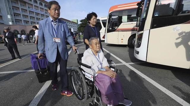 Những vị cao niên ở Hàn Quốc sẵn sàng cho cuộc đoàn tụ hiếm hoi với người thân ở Triều Tiên. (Ảnh: Reuters)