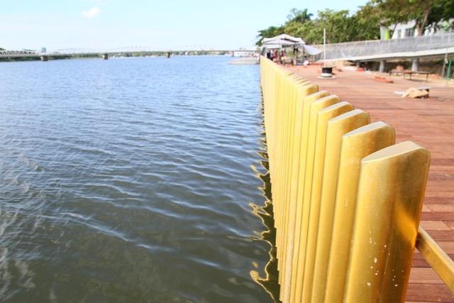 Đường đi bộ lát gỗ lim ven sông Hương còn có phần lan can đồng đẹp mắt, dự kiến sẽ là điểm nhấn của TP Huế thời gian tới