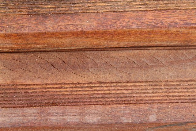 Các vết rạn trên gỗ lim
