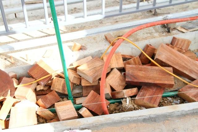 2 đầu các tấm gỗ bị nứt dược cưa vứt bỏ