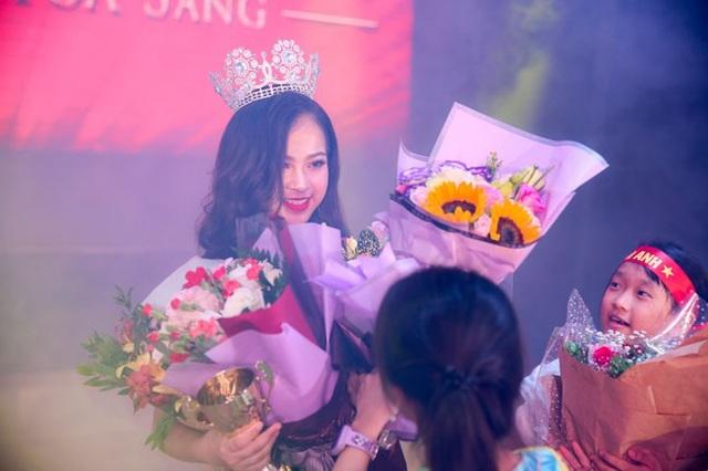 Nguyễn Hải Anh vừa đăng quang Hoa khôi thanh lịch 2018.