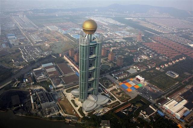 Khách sạn Long Xi, cao hơn 323 m, chi phí xây 470 triệu USD, nằm sừng sững giữa ngôi làng giàu có nhất Trung Quốc, Hoa Tây. (Ảnh: AFP)