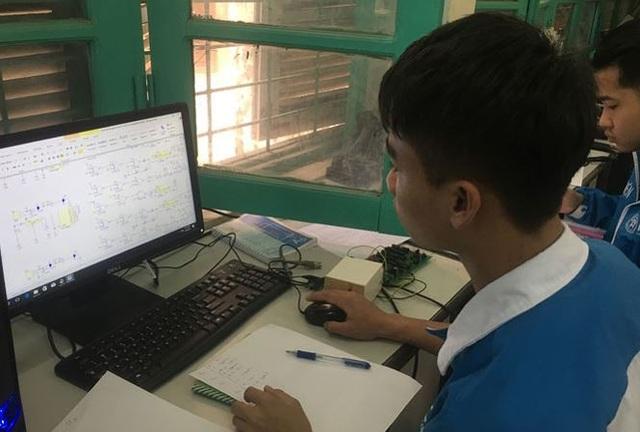 Học sinh trường CÐ Nghề Cơ điện Hà Nội trong một tiết học nghề. (Ảnh: Nghiêm Huê)