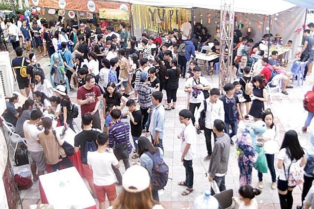 Dù thời tiết khá nắng nóng, nhưng đông đảo các bạn trẻ vẫn đến với lễ hội