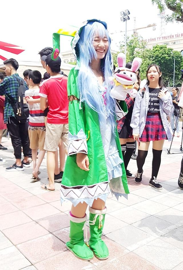 Để hóa thân thành nhân vật Yoshino trong bộ truyện Date a live, cô bạn này đã phải đội tóc giả, đi bốt cao cổ, khoác áo choàng dày, bất chấp cái nắng tháng 8 của Hà Nội.