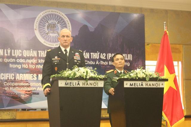 Tư lệnh Lục quân Thái Bình Dương Mỹ Đại tướng Robert Brown và Phó Tổng Tham mưu trưởng Quân đội nhân dân Việt Nam Thượng tướng Phạm Hồng Hương (Ảnh: Thành Đạt)
