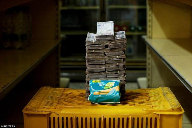 Để giải quyết tình trạng căng thẳng trước mắt, Tổng thống Venezuela Nicholas Maduro cam kết rằng chính phủ nước này sẽ hỗ trợ các công ty vừa và nhỏ trong việc tăng lương cơ bản cho người lao động. Tuy nhiên, phương pháp và cách thức thực hiện lời hứa trên hiện vẫn chưa được công bố chi tiết. Trong ảnh: Gói băng vệ sinh này đã bị đội giá lên tới 3,5 triệu bolivar trong tâm bão lạm phát ở Venezuela.