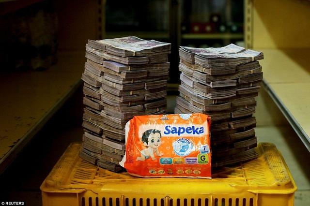 Một túi bỉm dành cho trẻ em đã bị đội giá lên tới 8 triệu bolivar.