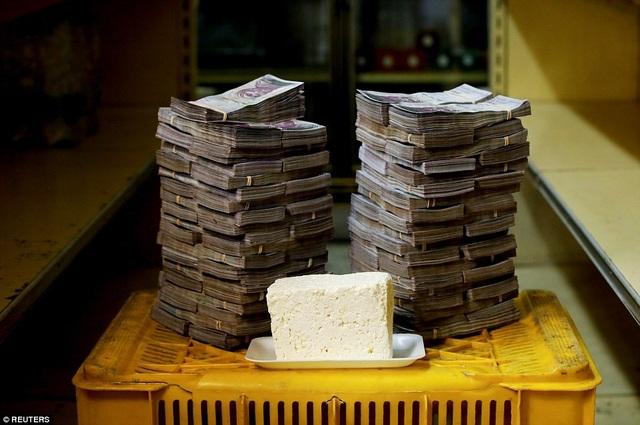 Theo Dailymail, lạm phát ở Venezuela hồi tháng 7 vừa qua là 82,700 %. Quỹ tiền tệ quốc tế IMF cảnh báo tới cuối năm 2018 con số trên có thể cán mốc 1 triệu %, đánh dấu 4 năm liên tiếp lâm vào khủng hoảng của nền kinh tế Caracas. Trong ảnh: 1 kg phô mai trị giá 7,5 triệu bolivar.