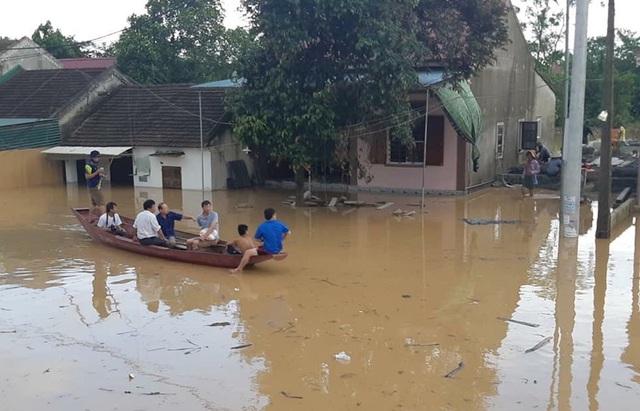 Nước đổ về quá nhanh, hơn 100 nhà dân ngập sâu hơn 1m - 2