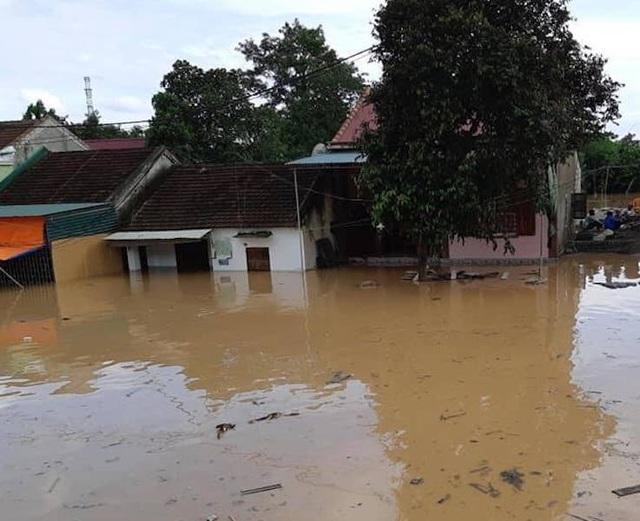 Nước lũ dâng cao hơn 1m, khiến cuộc sống người dân gặp rất nhiều khó khăn.