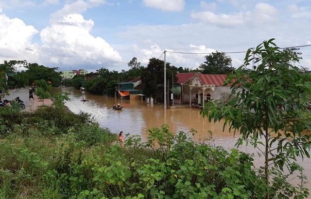 Nước lũ bao vây người dân thị trấn Đô Lương.