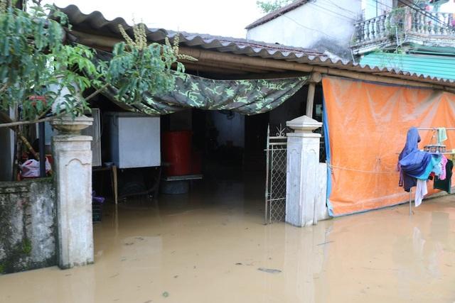 Nước đổ về quá nhanh, hơn 100 nhà dân ngập sâu hơn 1m - 4