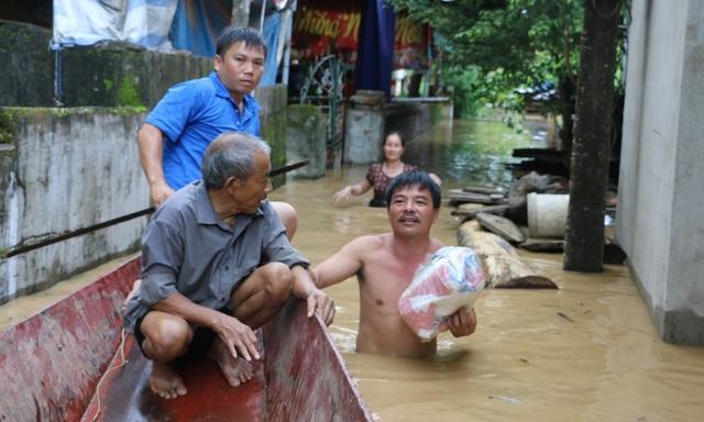 Nước đổ về quá nhanh, hơn 100 nhà dân ngập sâu hơn 1m - 5