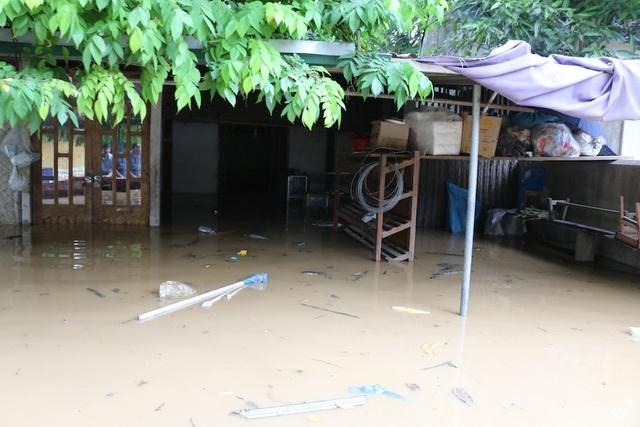 Nước từ thượng nguồn đổ về gây ngập lụt cho người dân thị trấn Đô Lương như chìm trong biển nước.