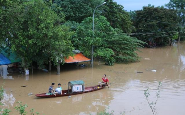 Nước đổ về quá nhanh, hơn 100 nhà dân ngập sâu hơn 1m - 7