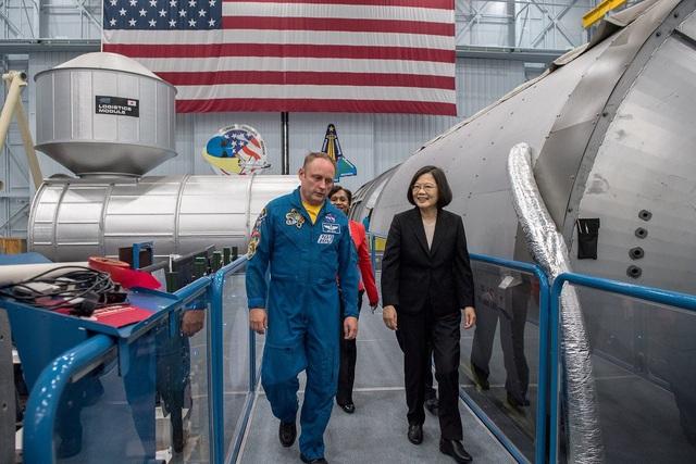 Nhà lãnh đạo Đài Loan Thái Anh Văn trong chuyến thăm trụ sở NASA (Ảnh: Twitter)