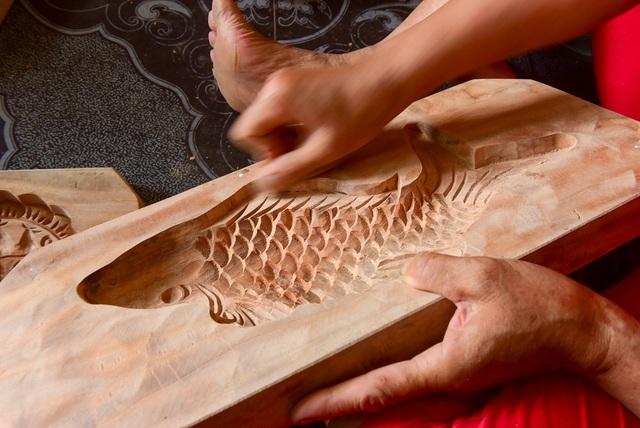 Công đoạn cuối là dùng giấy nhám đánh mịn bề mặt khuôn.