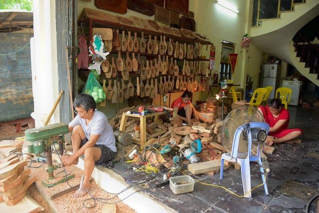 Ông Trần Văn Bản (làng Thượng Cung, xã Tiền Phong, Thường Tín, Hà Nội) đã 35 năm làm khuôn bánh trung thu bằng gỗ.