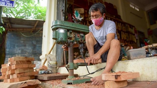 Ông Bản cho biết, nguồn gỗ ông thu mua ở nhiều nơi, thường là gỗ của cây đổ hoặc chặt hạ từ những dự án giao thông.
