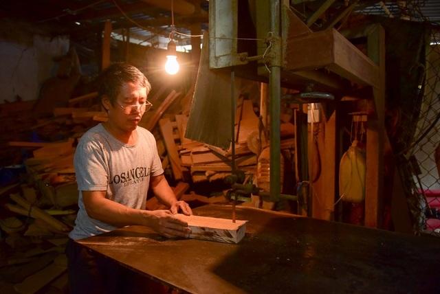 Một khuôn gỗ thành phẩm phải trải qua nhiều công đoạn. Trước tiên là pha gỗ thành hình khuôn theo kích thước và mẫu mã khách hàng yêu cầu.