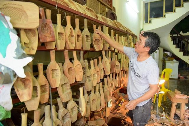 Mỗi mùa Trung thu, gia đình ông Bản làm ra khoảng 500-600 khuôn bánh. Giá khuôn giao động từ 150.000 đến 300.000 nghìn đồng một chiếc, tùy kích cỡ. Có những chiếc khuôn bánh cỡ to có giá lên tới cả triệu đồng.
