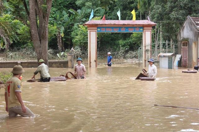Mưa lũ vừa qua đã làm cho Trường PTDTNT THCS Con Cuông bị ngập lụt hơn 3m, làm trôi, hư hỏng một số đồ dùng nhà bếp, bàn ghế, sách, tài liệu... của học sinh, giáo viên…