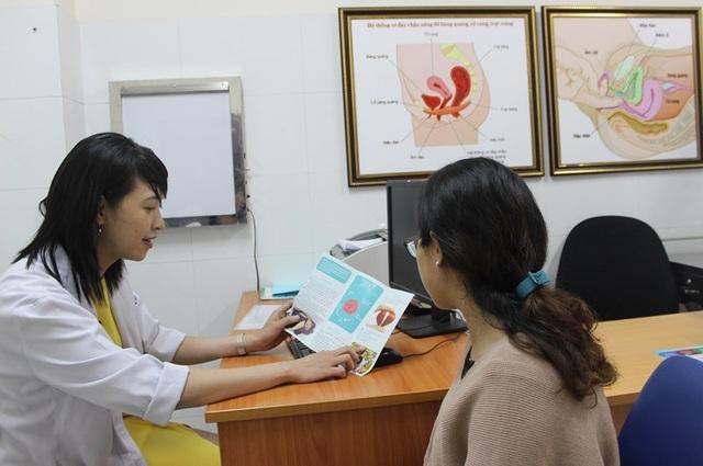 Bác sĩ phòng khám Đơn vị Niệu nữ BV Bình Dân đang tư vấn cho người bệnh. Ảnh: HL