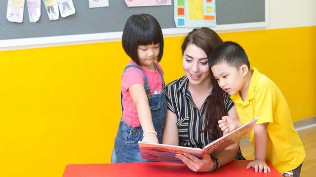 Trẻ học ghép vần cùng giáo viên nước ngoài tại Language Link Academic.