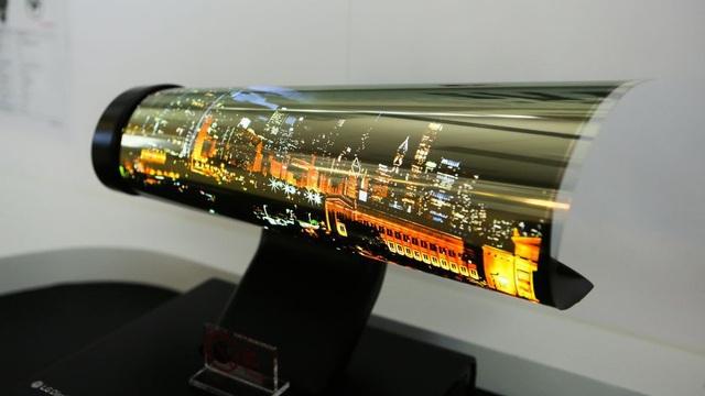 Năm 2018 chứng kiến sự ra đời của TV OLED có thể cuốn được của LG