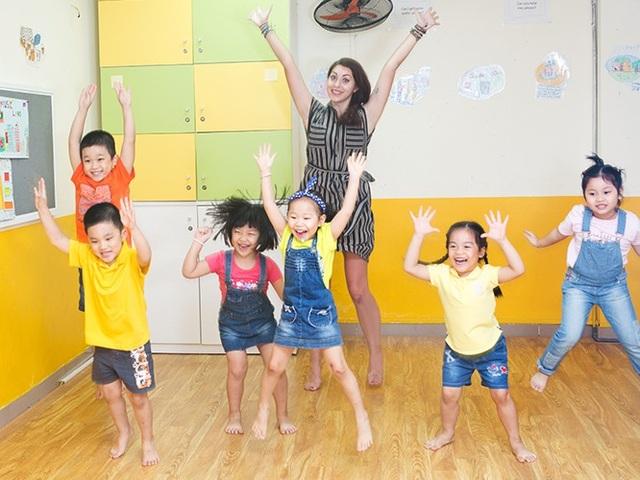 Trẻ thực hành tiếng Anh qua cách nhảy theo nhạc.