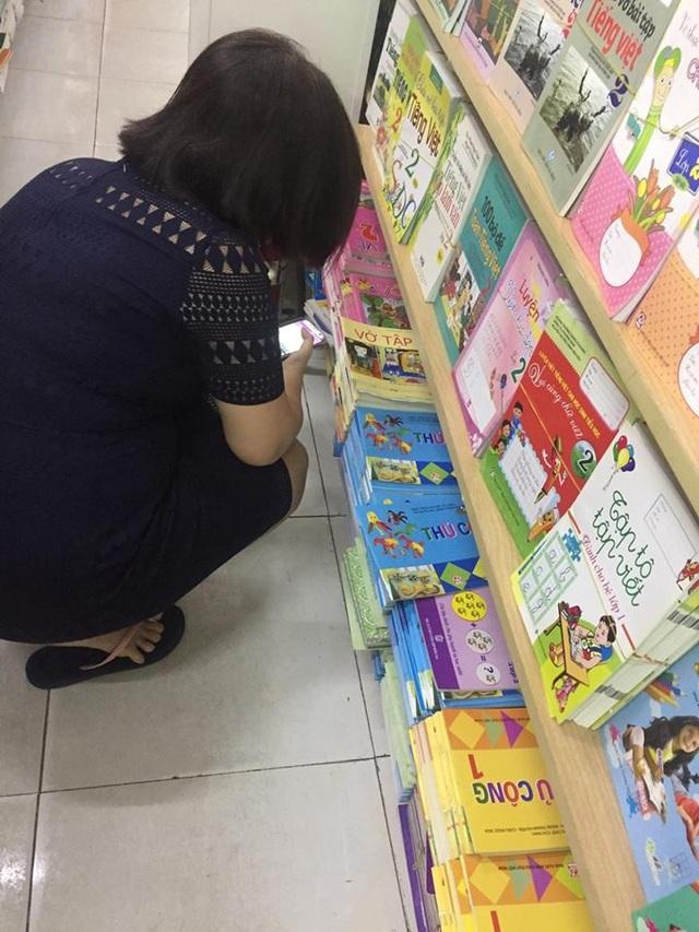 Phụ huynh ở TPHCM lùng sục khắp các nhà sách để tìm mua sách giáo khoa lớp 1 cho con