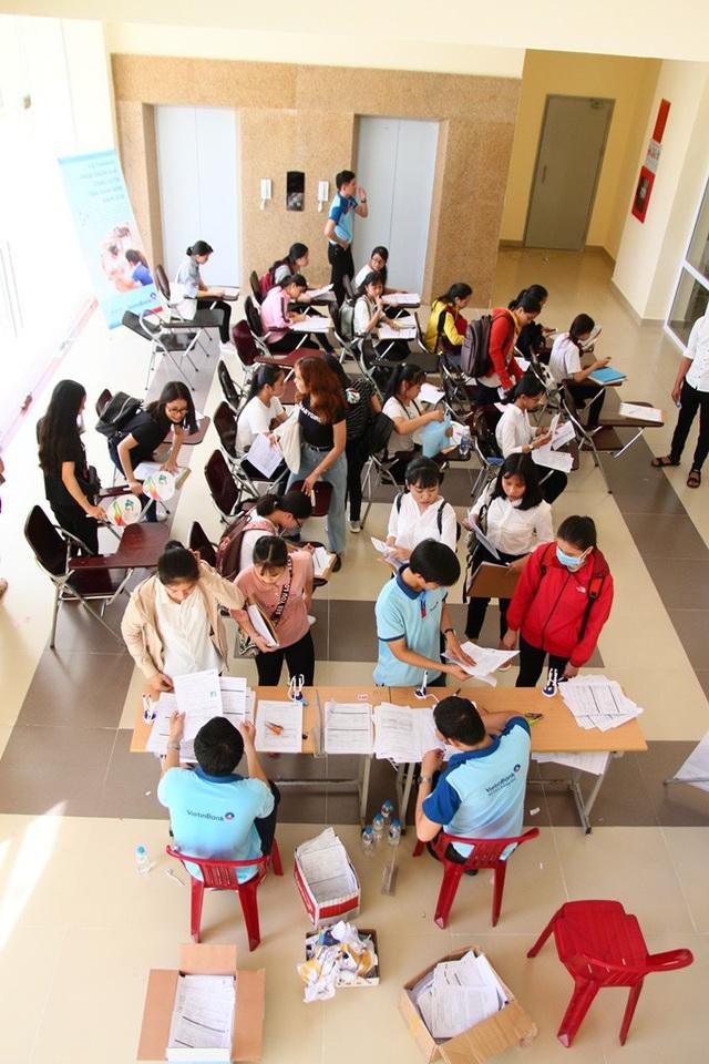 Các phòng làm thủ tục đầy ắp tân sinh viên