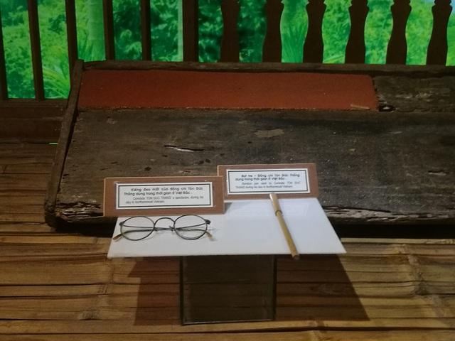 Kính và bút của Bác Tôn.