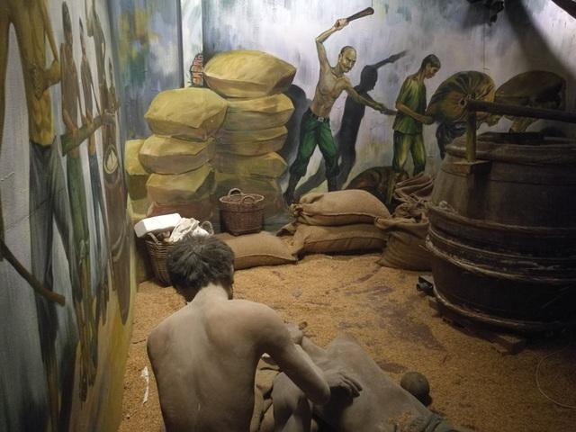 Các tù nhân bị đánh đập, ép buộc lao động khổ sai.