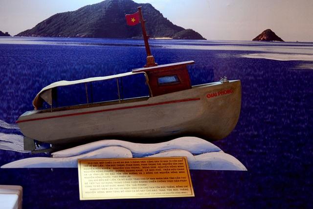 Mô hình chiếc ca nô chở Chủ tịch Tôn Đức Thắng từ côn đảo trở về đất liền.