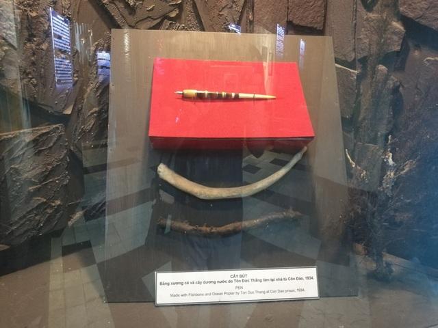 Cây bút làm bằng xương và cây dương nước do Bác Tôn làm trong thời gian ở tù Côn Đảo.