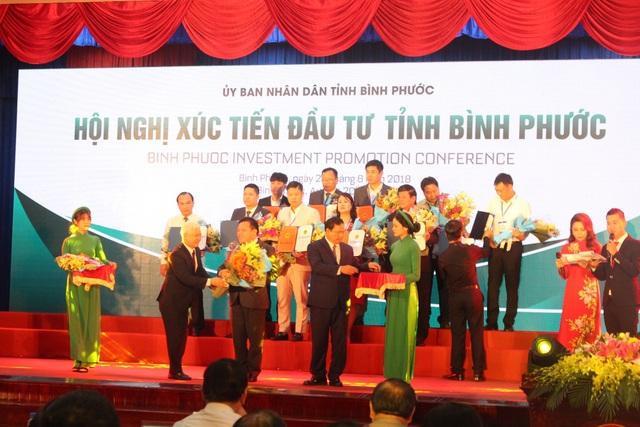 UBND tỉnh Bình Phước trao quyết định, chứng nhận đầu tư cho các đơn vị.