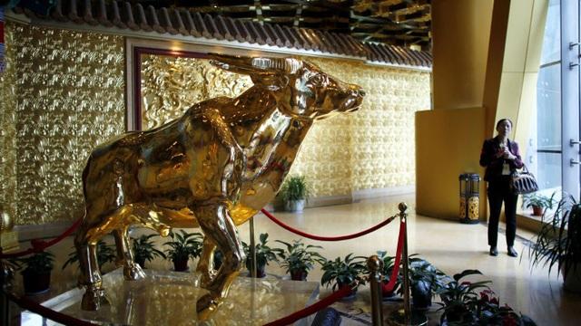 Trâu nặng 1 tấn vàng, biểu tượng cho sự thịnh vượng của ngôi làng giàu nhất Trung Quốc Hoa Tây (Ảnh: Reuters)
