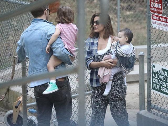 Vợ chồng nữ diễn viên Eva Mendes và nam diễn viên Ryan Gosling