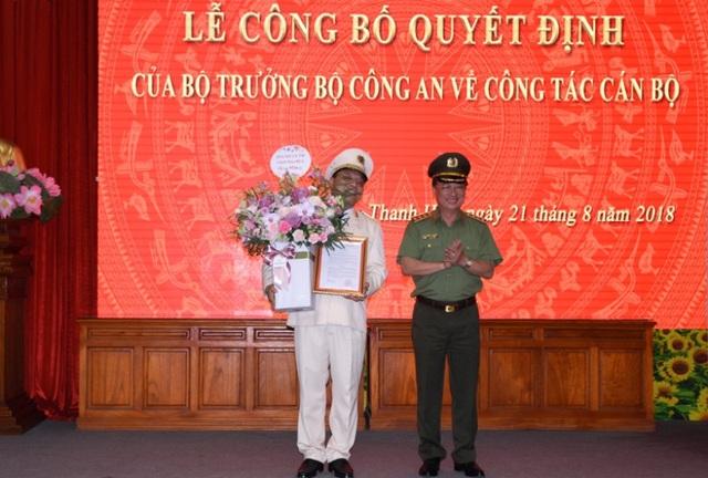 Thượng tướng Nguyễn Văn Thành, Ủy viên TW Đảng, Thứ trưởng Bộ Công an trao quyết định bổ nhiệm Giám đốc Công an Thanh Hóa cho Thiếu tướng Nguyễn Hải Trung