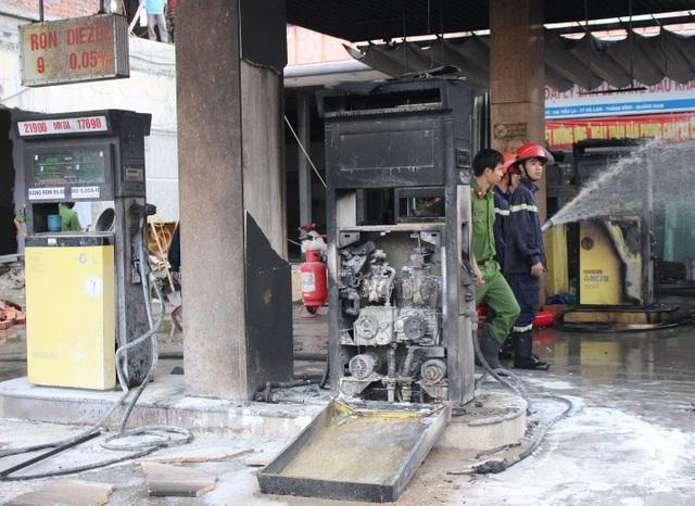 Các cột cây xăng Khải Hoàng 2 bị cháy rụi