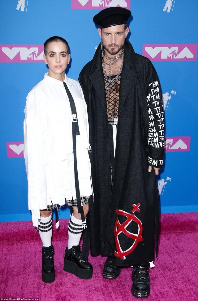 Nam diễn viên Nico Tortorella (phải) xuất hiện trên thảm đỏ với người bạn đồng hành có phong cách lập dị không kém.
