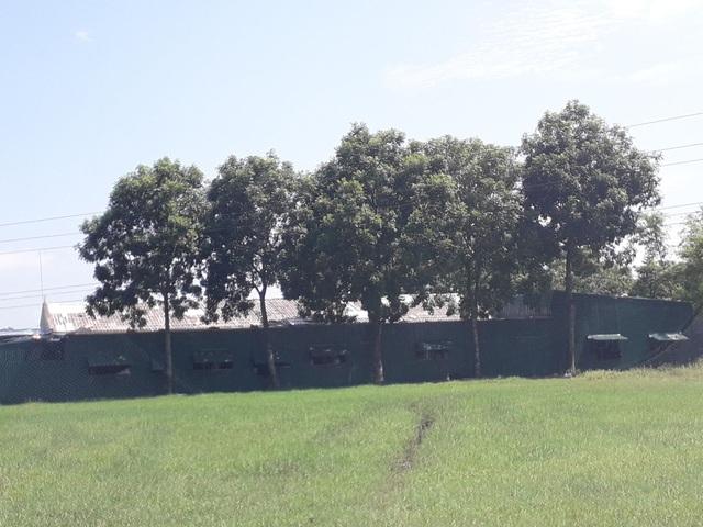 Công ty mượn đất của trường và xây thêm một số công trình phục vụ cho việc sản xuất, may mặc.