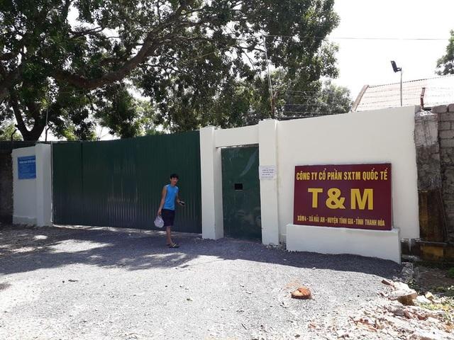 Cổng trường biến thành cổng có lô gô công ty may.