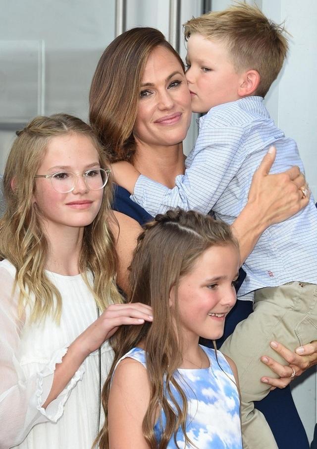Jennifer và ba con Violet, 12 tuổi, Seraphina, 9 tuổi và Samuel, 6 tuổi trong ngày vui của cô