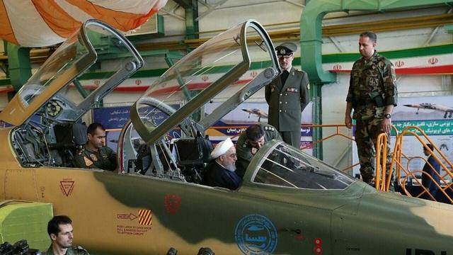 Tổng thống Iran ngồi vào buồng lái máy bay chiến đấu Kowsar tại lễ ra mắt máy bay (Ảnh: Reuters)