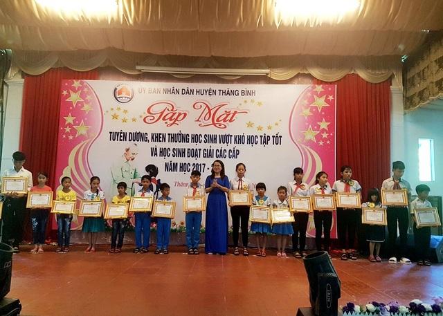 Các em học sinh nghèo vượt khó huyện Thăng Bình (tỉnh Quảng Nam) được nhận học bổng.
