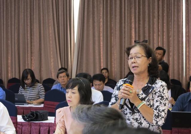 Bà Phan Thị Thu Hà - nguyên đại biểu Quốc hội, nguyên Phó giám đốc Sở GD-ĐT Đồng Tháp nêu ý kiến góp ý.