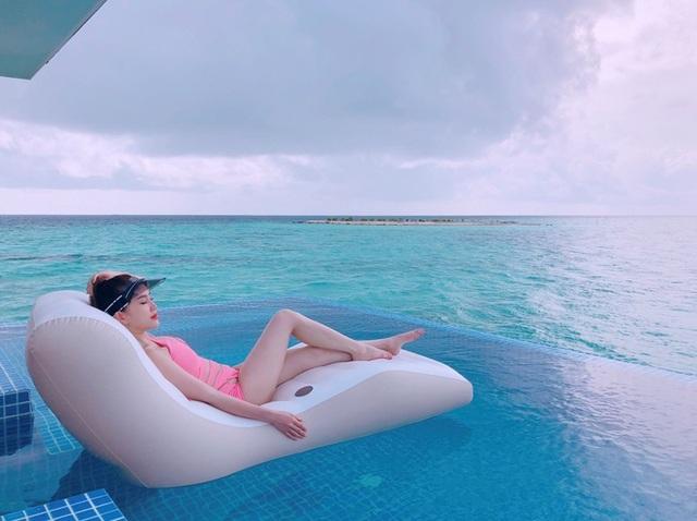 """Bảo Thy chia sẻ về chuyến du lịch của cô và gia đình: """"Khoảng thời gian ở đây, Thy gần như sống một cuộc sống hoàn toàn khác những gì từ trước đến giờ. Thy không hề nghĩ về công việc, cũng không phải bận tâm quá nhiều về mọi thứ. Thy ở Maldives chỉ đơn giản là cho phép mình quên hết và tận hưởng từng khoảnh khắc bên gia đình. Chính chuyến đi này đã giúp Thy sạc đầy năng lượng. Đây là điều rất tốt để Thy có thể chuẩn bị hoạt động hết công suất cho loạt các dự án lớn sắp tới""""."""